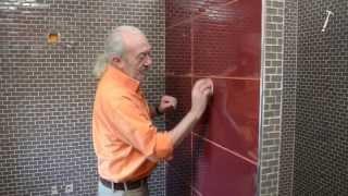 Pose de carrelage en verre dans une salle de bains - Tuto brico de Robert pour poser de la mosaïque