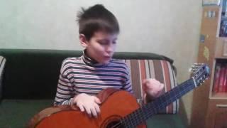 Игра на гитаре :маленькой ёлочке