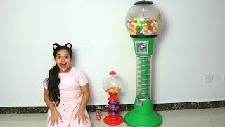 Shfa plays and learns Sizes with colorfulGumball machine