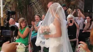 Отец ведет невесту к жениху (незабываемые моменты)
