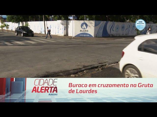 Buraco em cruzamento na Gruta de Lourdes atrapalha motoristas