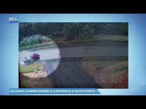 Carro desgovernado invade pista contrária e bate forte em rodovia do Paraná