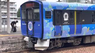 男鹿線EV-E801系アジサイラッピング編成。土崎駅を出発