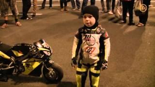 2-річний мотоцикліст трамбує зароблені гроші в багажник