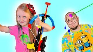 Ястася и папа устроили день уборки игрушек в детской комнате