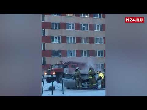 В Новом Уренгое во дворе жилого дома загорелась легковушка