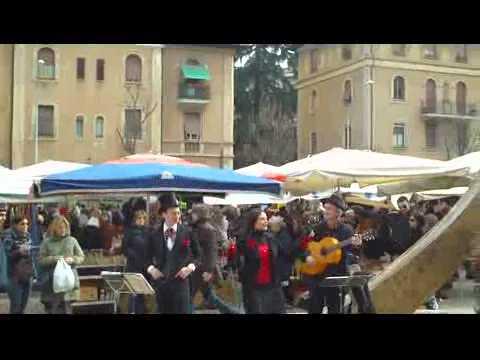Italy - Rome: Porta Portese Market - Street Musican