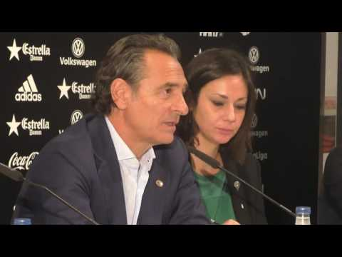 Cesare Prandelli en su presentación como nuevo entrenador valencianista