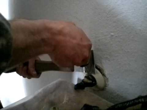 Как вытащить вилку из розетки если она застряла