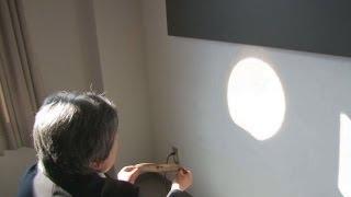「卑弥呼の鏡」と呼ばれる三角縁神獣鏡が、鏡面に太陽光を当て壁に反射...