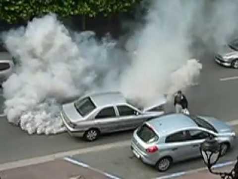 Une voiture refuse d'avancer, elle s'emballe, fume énormément. Le chauffeur fuit.