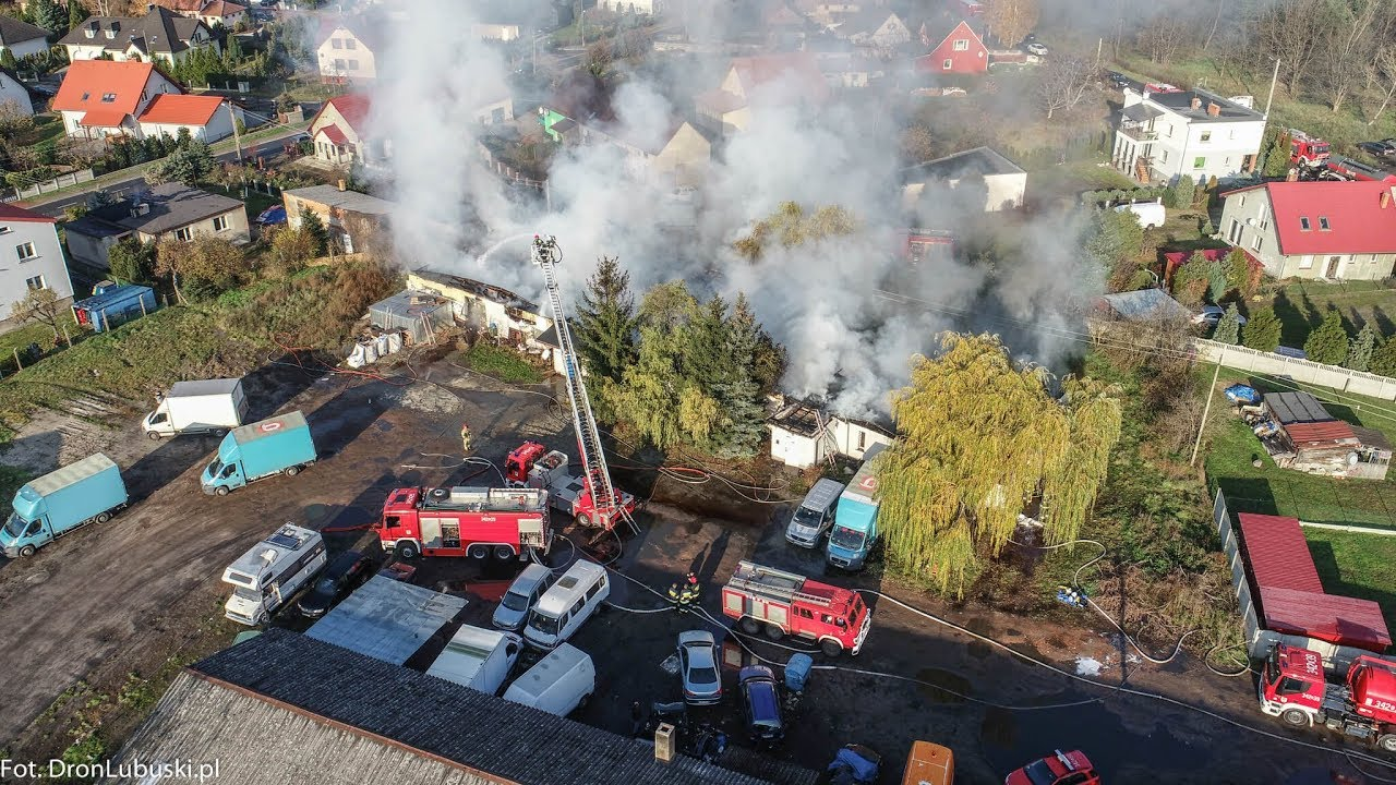 Pożar hali w Zielonej Górze. Płomienie objęły cały budynek