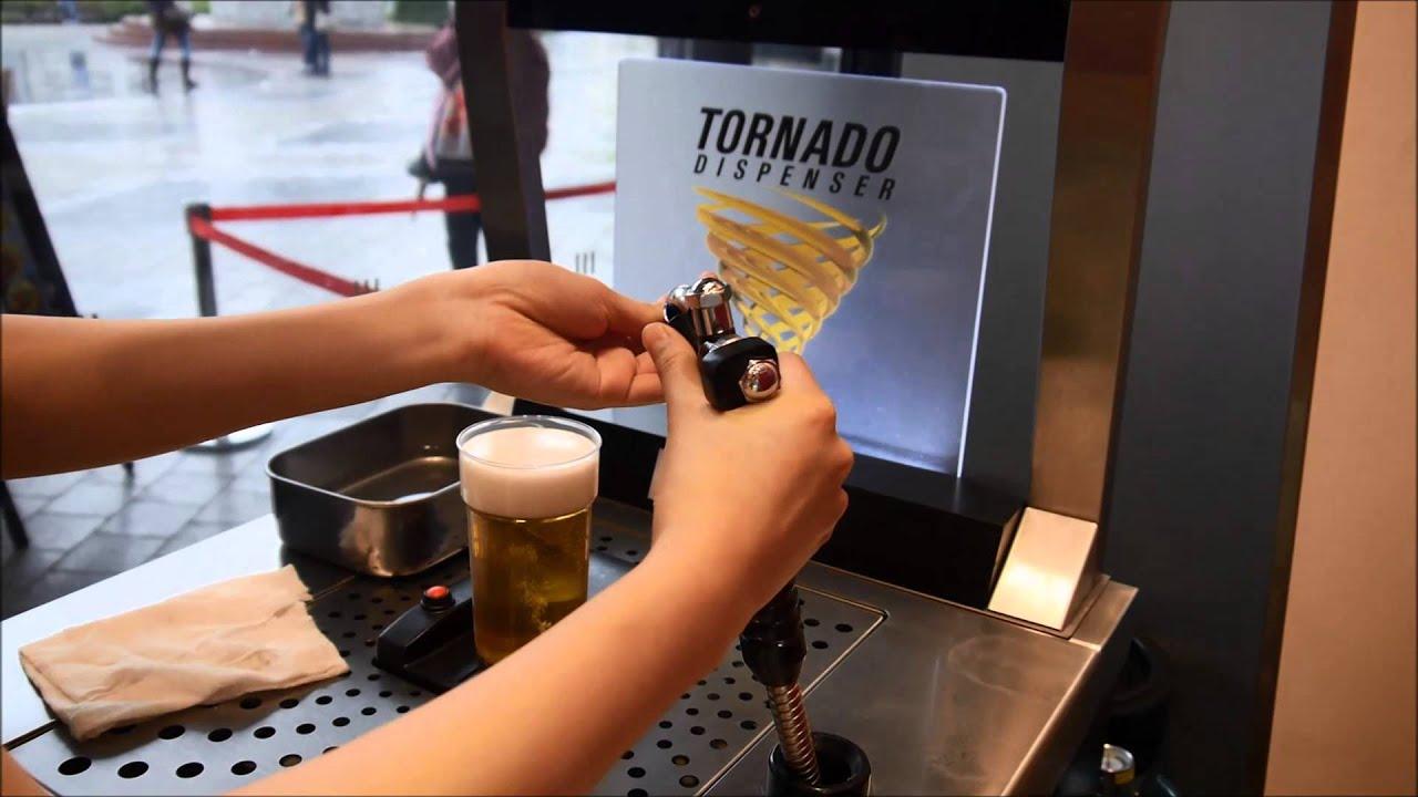 カップの底からビールが湧き上がるビールサーバー ...