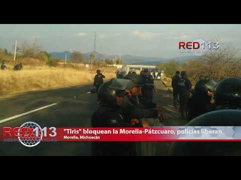 """VIDEO """"Tiris"""" bloquean la Morelia-Pátzcuaro, policías liberan la vialidad"""