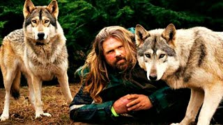 Волки его любят, для них он свой. Невероятная дружба людей с дикими животными