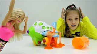 #Барби летит на МОРЕ 🌊 СЛИЗЬ в самолете БАРБИ ✈️ Видео для девочек с куклами