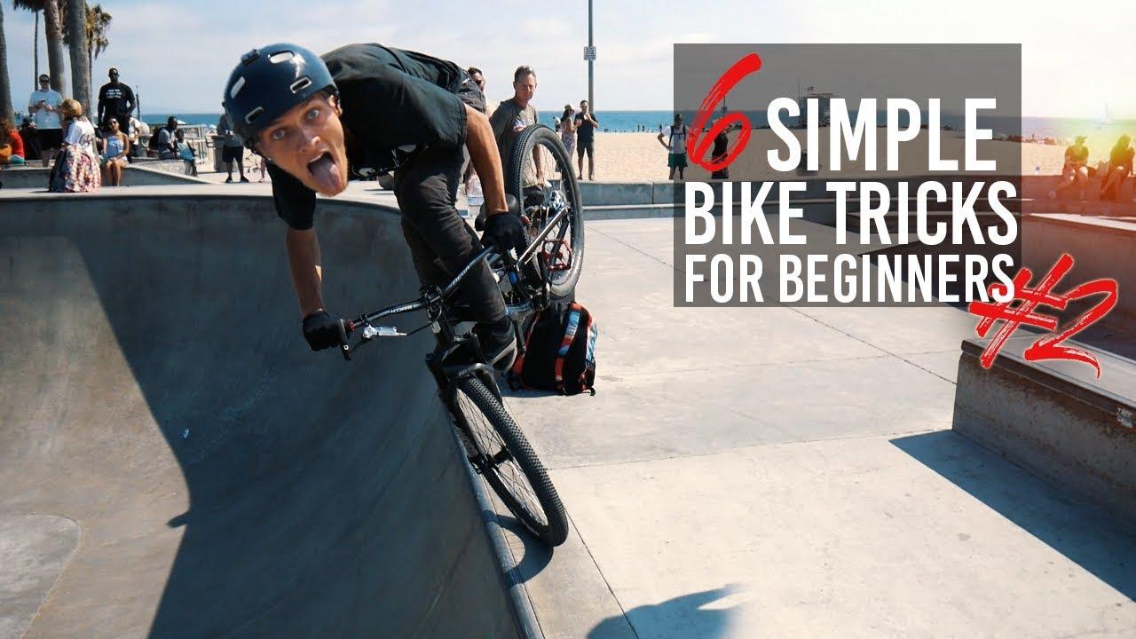 Super flexy Ninka macht akrobatische Tricks mit dem Fahrrad