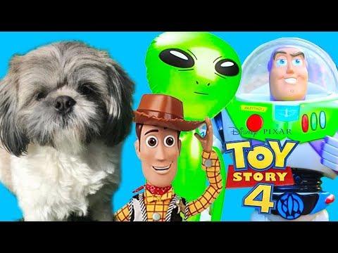 Perrito Hamilton descubre juguetes de Toy Story 4 y Buzz le hace invasión alien