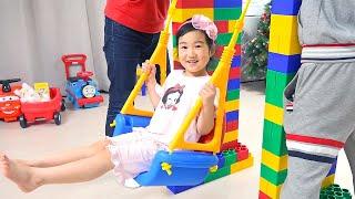 Boram et papa jouent avec des cubes colorés