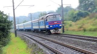 Дизель-поезд ДР1А-220/209 плывет по путям