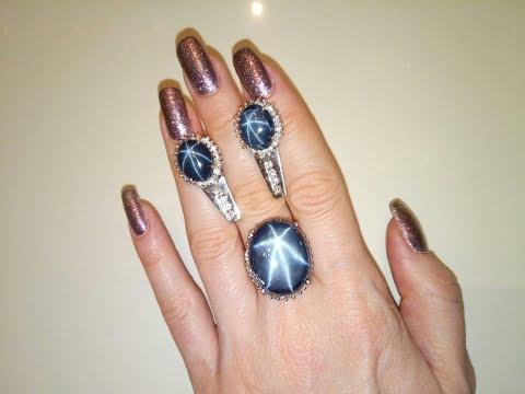 Звездчатые сапфиры в окружении бриллиантов.
