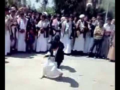 اطفال يمنين يرقصون البرع thumbnail