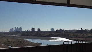 東急二子玉川駅に停車中の大井町線から見た多摩川の土手の景色と到着する田園都市線下り東武50050系