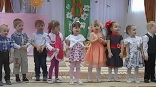 Маленькие дети  танцуют и поют на утреннике