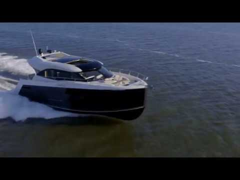 Carver C52 Coupe Yacht