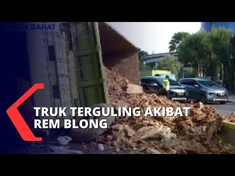 Diduga Rem Blong, Truk Pembawa Puing Terguling Tabrak Halte Transjakarta Di Slipi