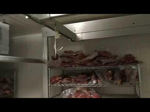 Мясной цех (4). Камера хранения охлаждённого мяса на крюках.