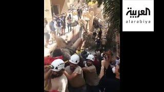شاهد.. لحظة انتشال شاب من أسفل أنقاض مبنى تضرر بانفجار مرفأ بيروت