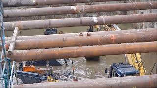 Seilbagger Liebherr 843 mit Greifer und fette Steine verladen