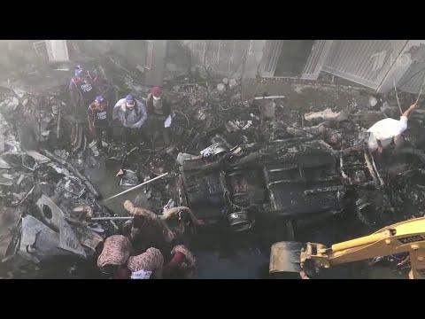 Пассажирский самолет упал на жилые дома пакистанского города Карачи.
