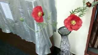 Искусственные маки больших размеров в вазе. Декоративные цветы - не живые маки