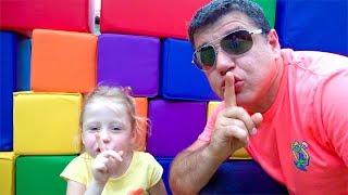 Nastya e pai encontraram casa assombrada estranha
