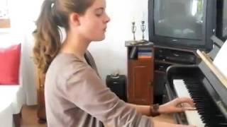 Очень сильное видео! Девочка играет на фортепиано без кисти!