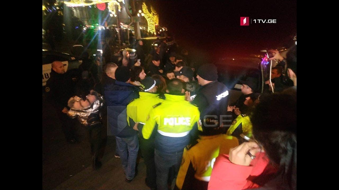 პოლიციის თანამშრომლებმა პარლამენტის მიმდებარე ტერიტორიიდან სამი პირი გაიყვანეს