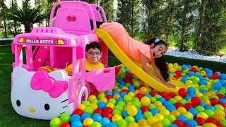 Kids playing new Hello Kitty Büs and Colored ball