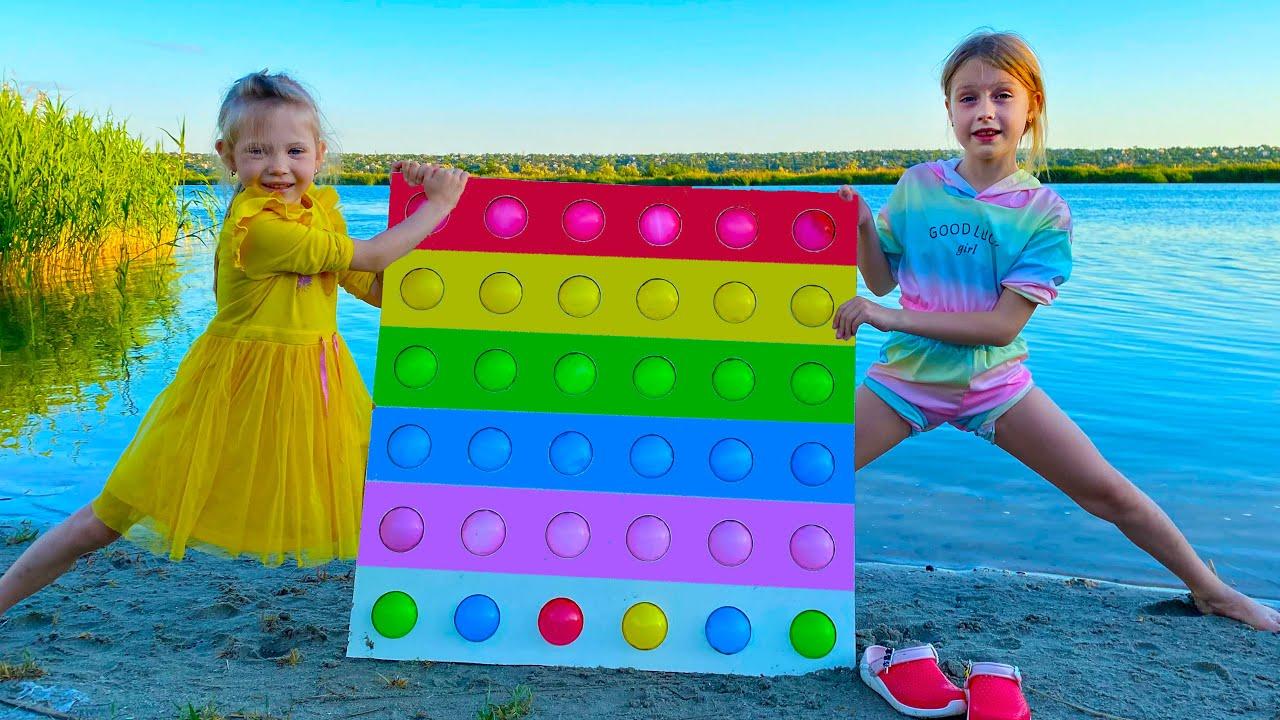 Марго и Настя играют в огромный поп ит Pop It Challenge