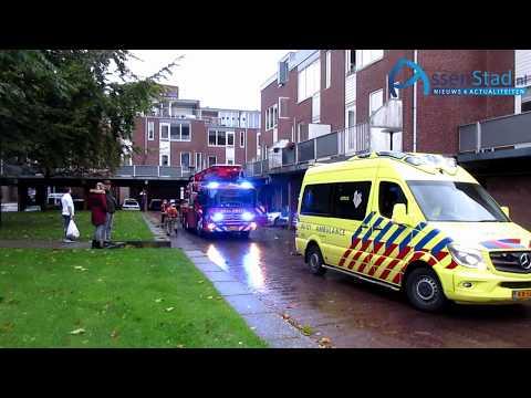 Hoogwerker van brandweer assisteert ambulance