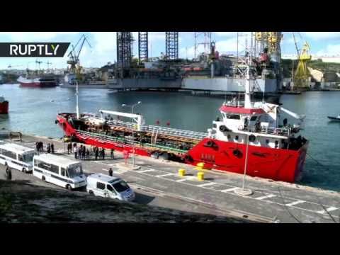 RAW: Ship hijacked by migrants docks in Malta after being stormed by troops