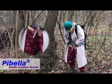 Oma pinkelt im Wald mit Pibella Urinierhilfe