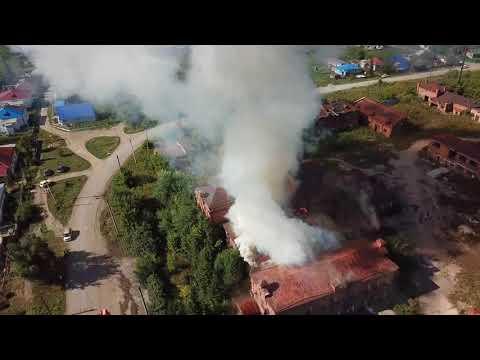 В Змеиногорске горят здания ликероводочного завода