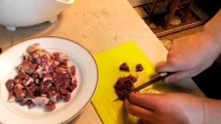 Куриная печень, сердечки, пупочки с шампиньонами под белым соусом