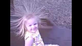 видео Волосы дыбом - статическое электричество