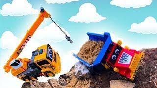 Грузовик с песком Перевернулся - Экскаватор и Кран помогают - Видео про Машинки для мальчиков