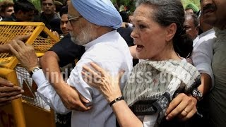 Sonia Gandhi & Manmohan Singh Arrested During 'Save Democracy' March