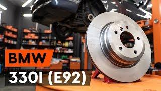 Kā nomainīt aizmugurējie bremžu diski BMW 330i 3 (E92) [AUTODOC VIDEOPAMĀCĪBA]