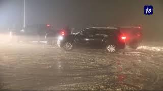 مستهترون يمارسون التفحيط بمركباتهم فوق الثلوج في عمان - (17-1-2019)